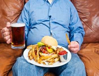 Фото. Мужик пьет пиво и объедается