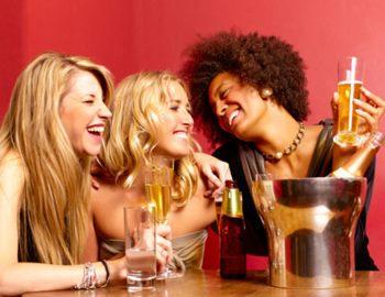 Фото. Парень выпивает с девушками