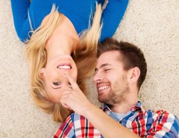 Фото. Парень с девушкой лежат и улыбаются