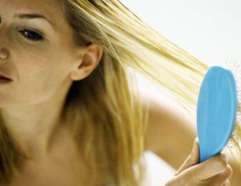 Фото. Девушка расчесывает свои волосы