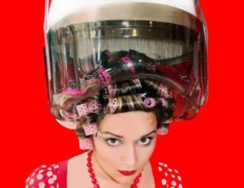 Фото. Девушка ждет когда покрасятся ее волосы