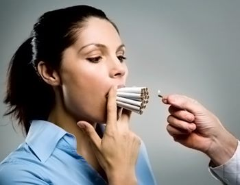 Фото. Девушка затягивается при курении
