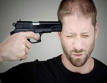 парень стреляет себе в голову