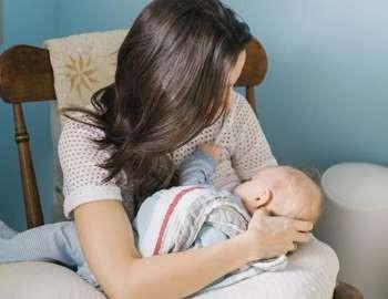девушка кормит ребенка грудью