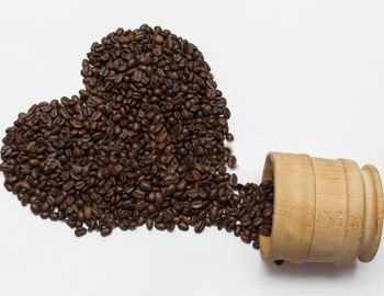 кофе высыпался из чашки