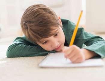 мальчик пишет