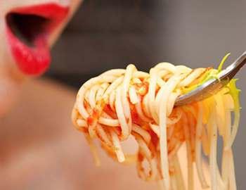 женщина есть спагети