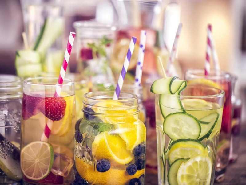 разнообразие напитков из фруктов