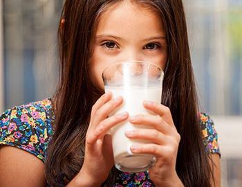 девочка пьет свежее молоко