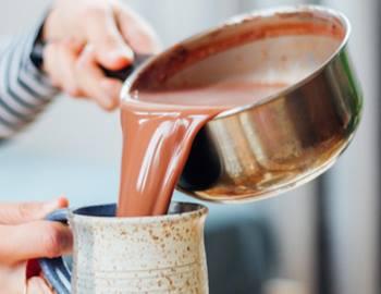 женщина готовит горячий шоколад