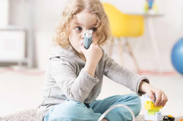 маленькая девочка вдыхает ингалятор