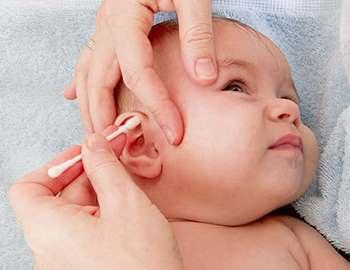 ребенку чистят уши