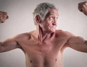 пожилой мужчина напрягает мышцы