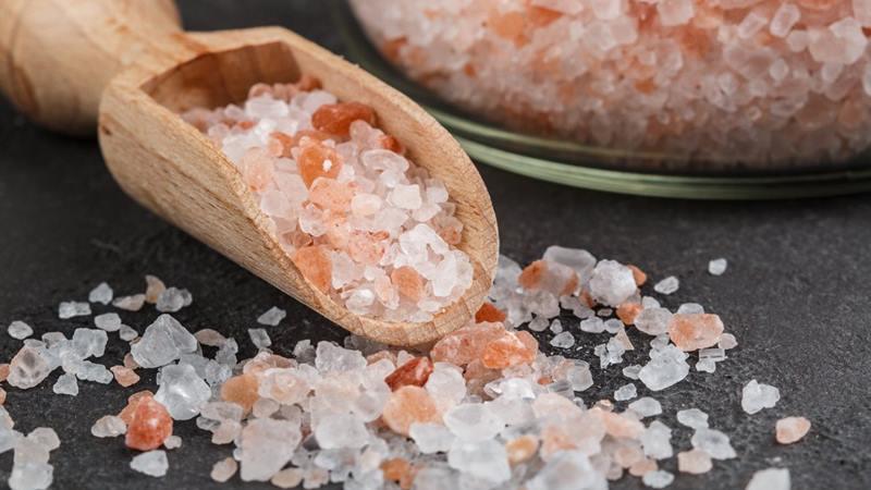 на столе гималайская соль