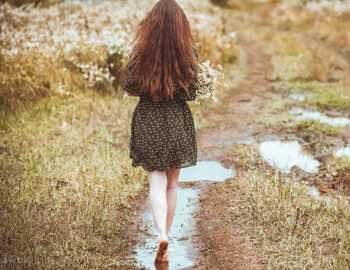 девушка идет по сельской дороге