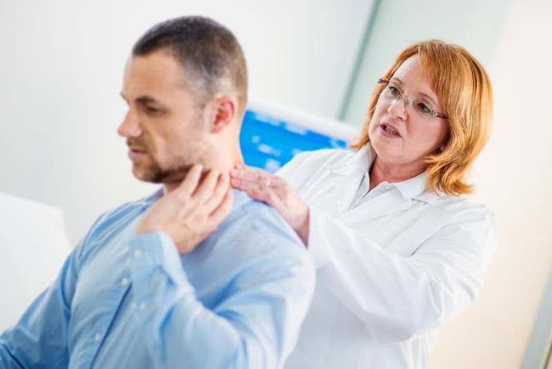 прощупывание болей в шеи
