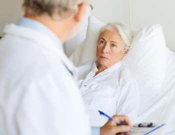 женщина общается с врачом
