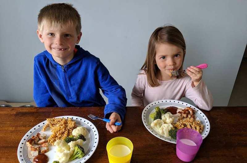 малыши едят на завтрак