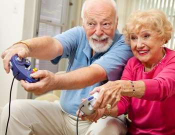 старики играют в видеоигры