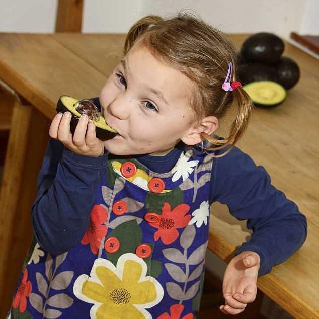 девочка ест авакадо
