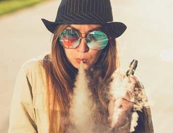 девушка курит электронную сигарету