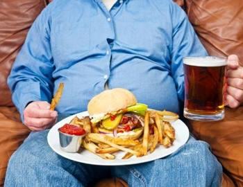 толстый парень за едой