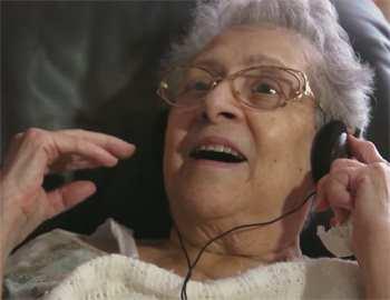 больная слушает музыку