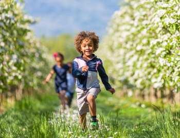мальчик бежит по траве
