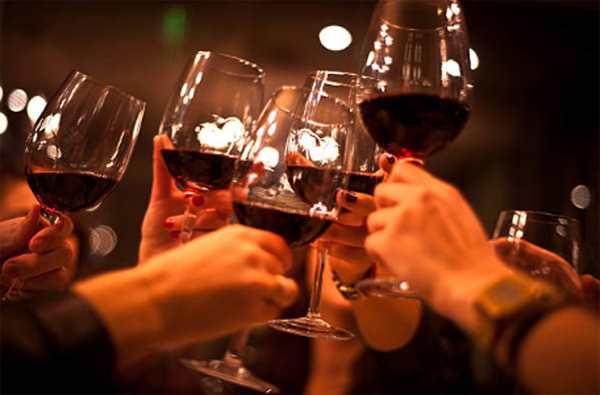 все пьют красное вино