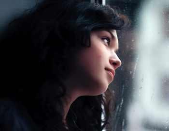 девушка прислонилась головой к стеклу