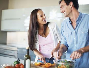 молодая пара вместе готовит пищу