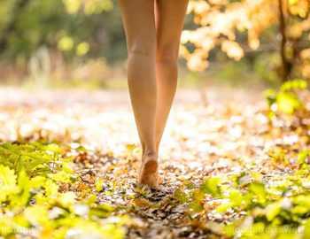 пройтись ногами по траве