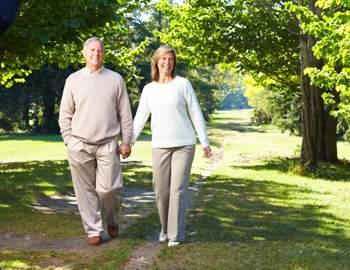 пожилые люди прогуливаются