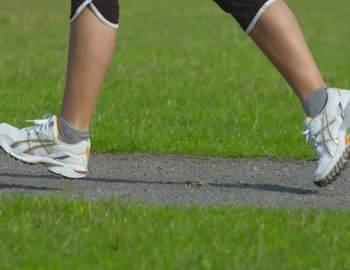женщина бежит в кроссовках