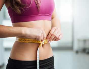 девушка измеряет талию для похудения