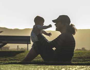 мама держит ребенка и улыбается