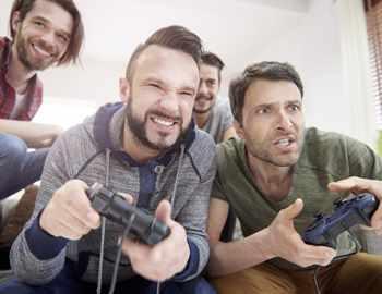 пацаны играют в видеоигры
