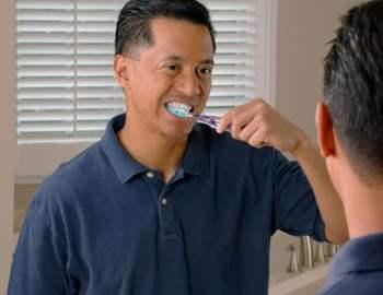 парень чистит зубы