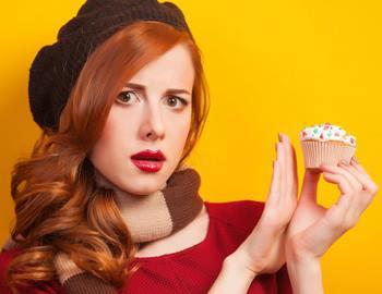 девушка отказывается от пироженого