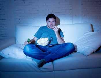 парень смотрит сериалы