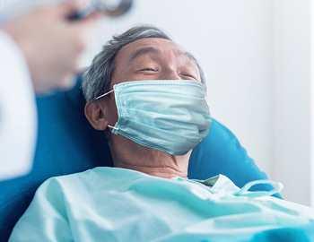 пациент с коронавирусом в маске