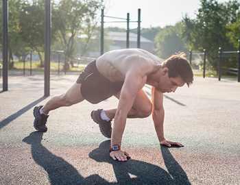 молодой атлет в парке
