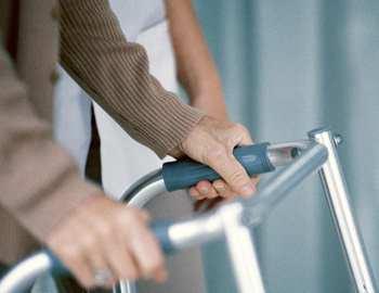 пожилой человек после инсульта