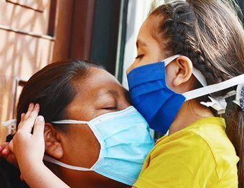коронавирус мексиканская мать и девочка в масках