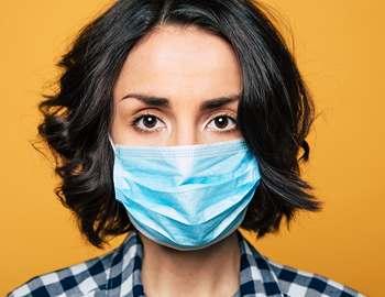 маска для лица на женщине