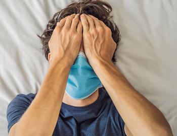 мужчина в маске болит голова