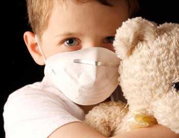мальчик в маске с мишкой