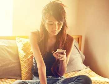 девочка сидит в соцсетях